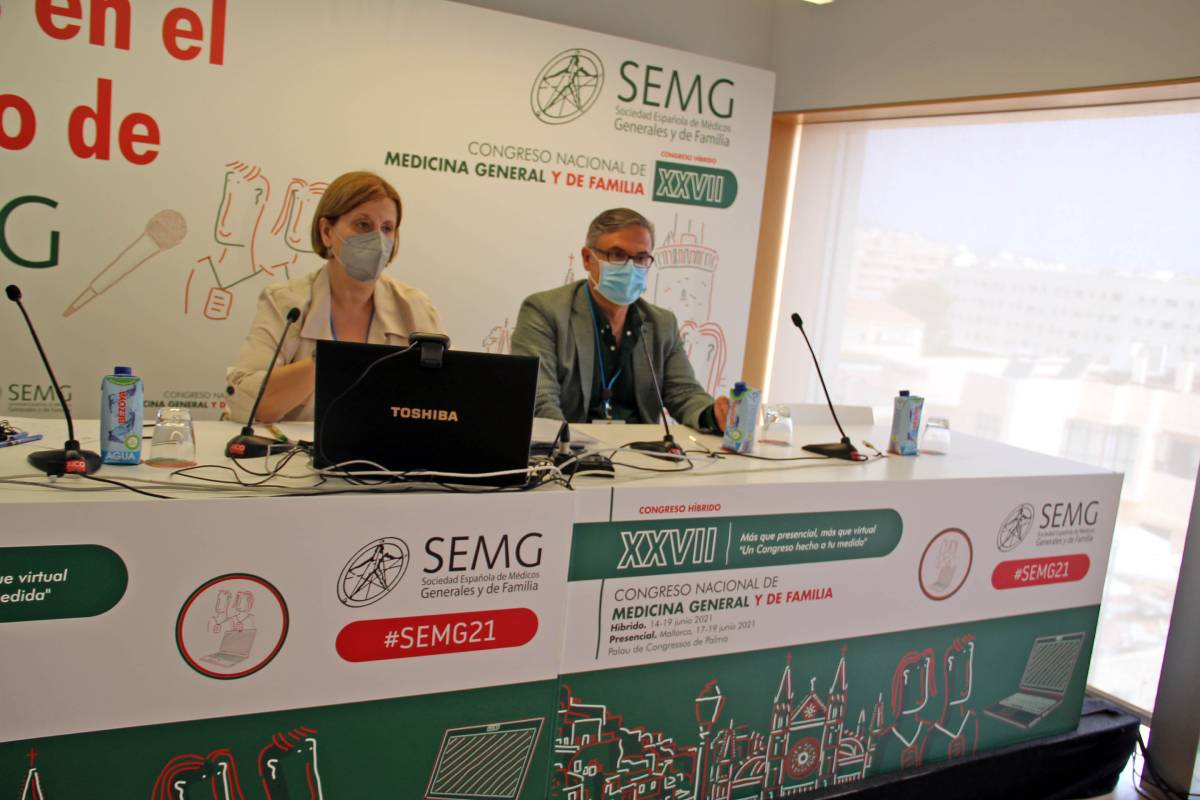 Pilar Rodríguez Ledo y Lorenzo Armenteros, vicepresidenta y portavoz de la SEMG, en la presentación de la encuesta sobre los efectos de las vacunas en pacientes con covid persistente (Foto: SEMG)