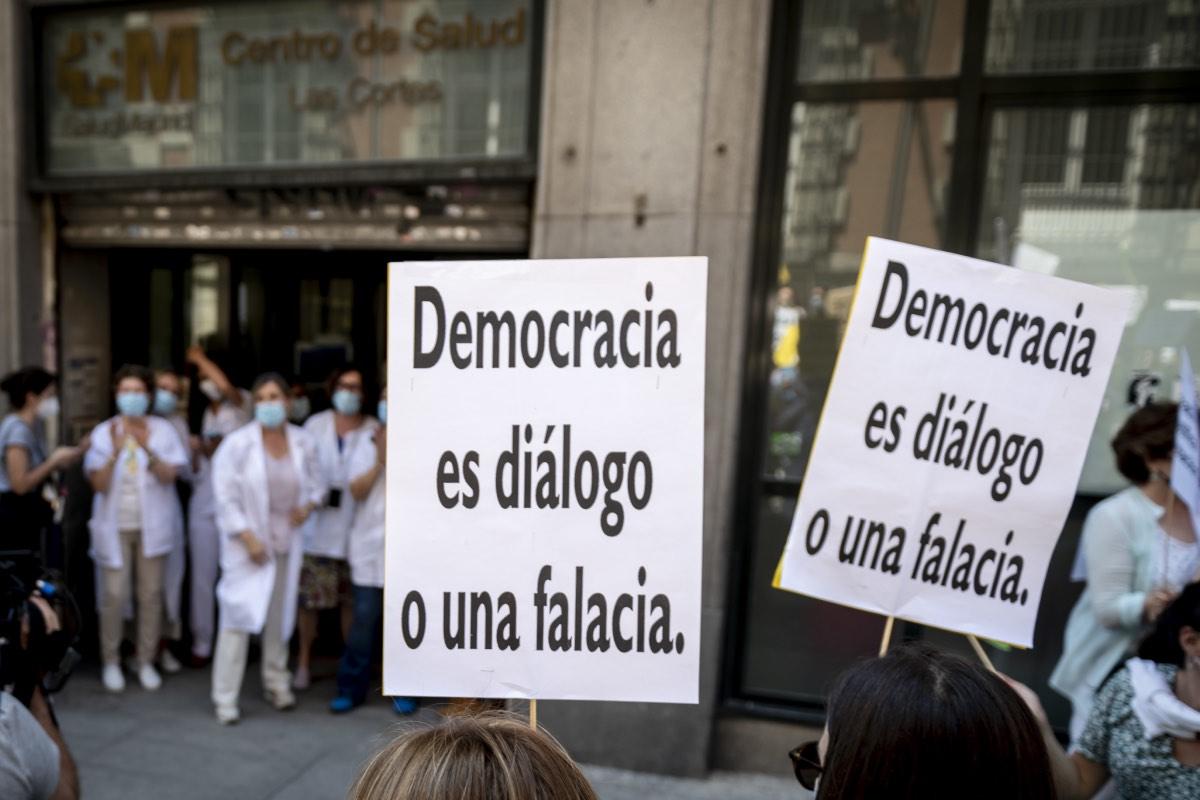 Aspecto de una de las manifestaciones celebradas en Madrid contra la adjudicación telemática de plazas MIR, a su paso por la puerta de un centro de salud (Foto: José Luis Pindado).