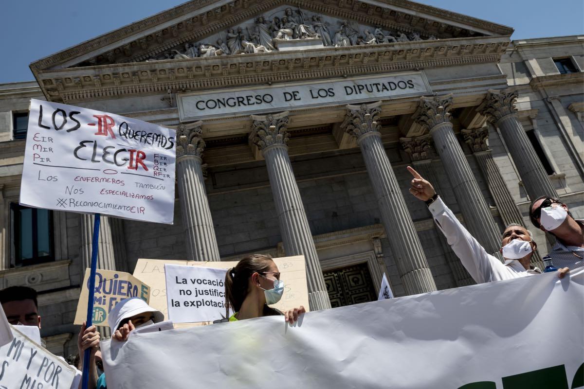 Aspecto de una de las manifestaciones convocadas por los futuros especialistas en formación contra el plan de Sanidad, a su paso por el Congreso de los Diputados (FOTO: José Luis Pindado).