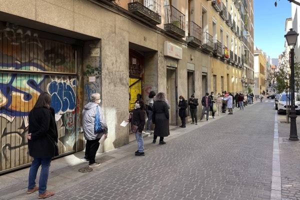 Cola de pacientes a la puerta del Centro de Salud Dos de Mayo (Foto: Javier Barbancho).
