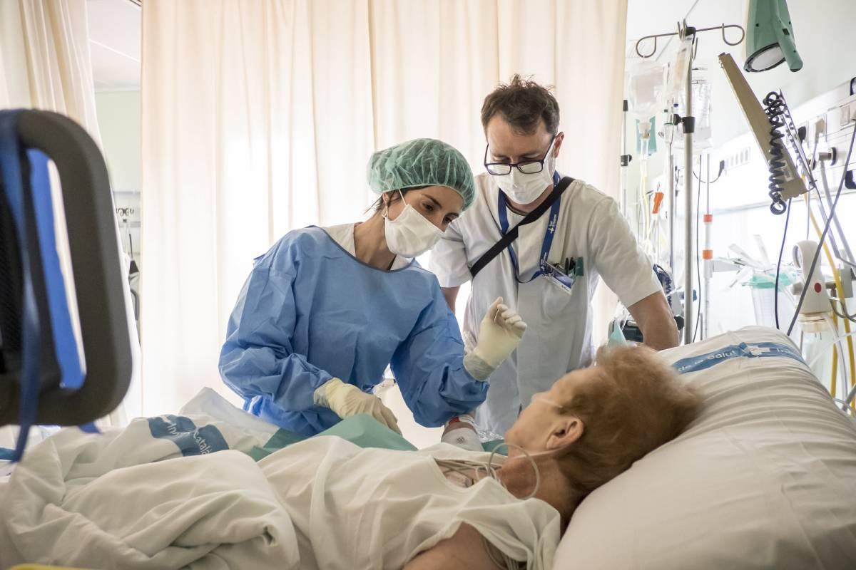 Una enfermera realiza un cateterismo venoso ecoguiado. FOTO: Ariadna Creus y Ángel García (Banc Imatges Infermeres).