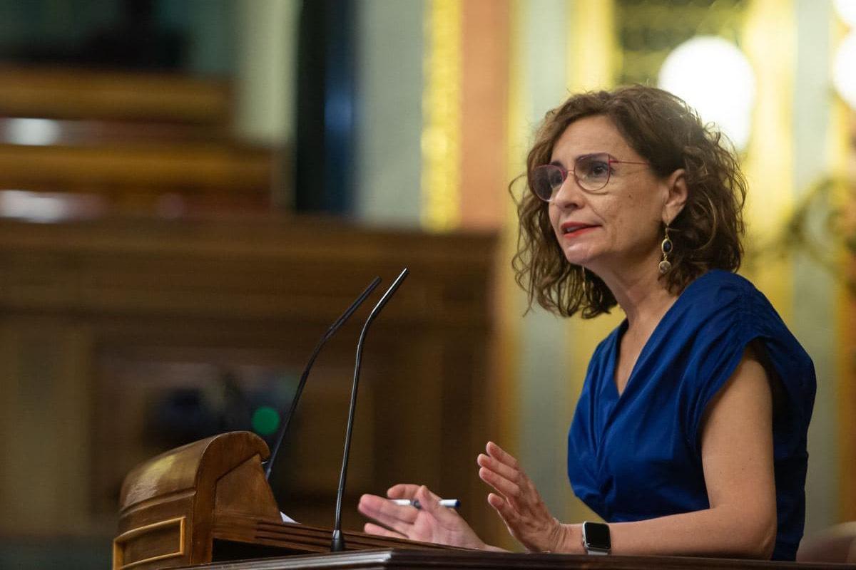 La ministra de Hacienda, María Jesús Montero, defiende en la tribuna del Congreso el decreto de temporalidad que sacó adelante Miquel Iceta (Foto: Congreso de los Diputados).