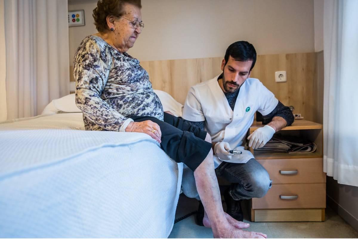 un enfermero explora los reflejos en un caso de pie diabético. FOTO: Ariadna Creus y Ángel Garc�a (Banc Imatges Infermeres).