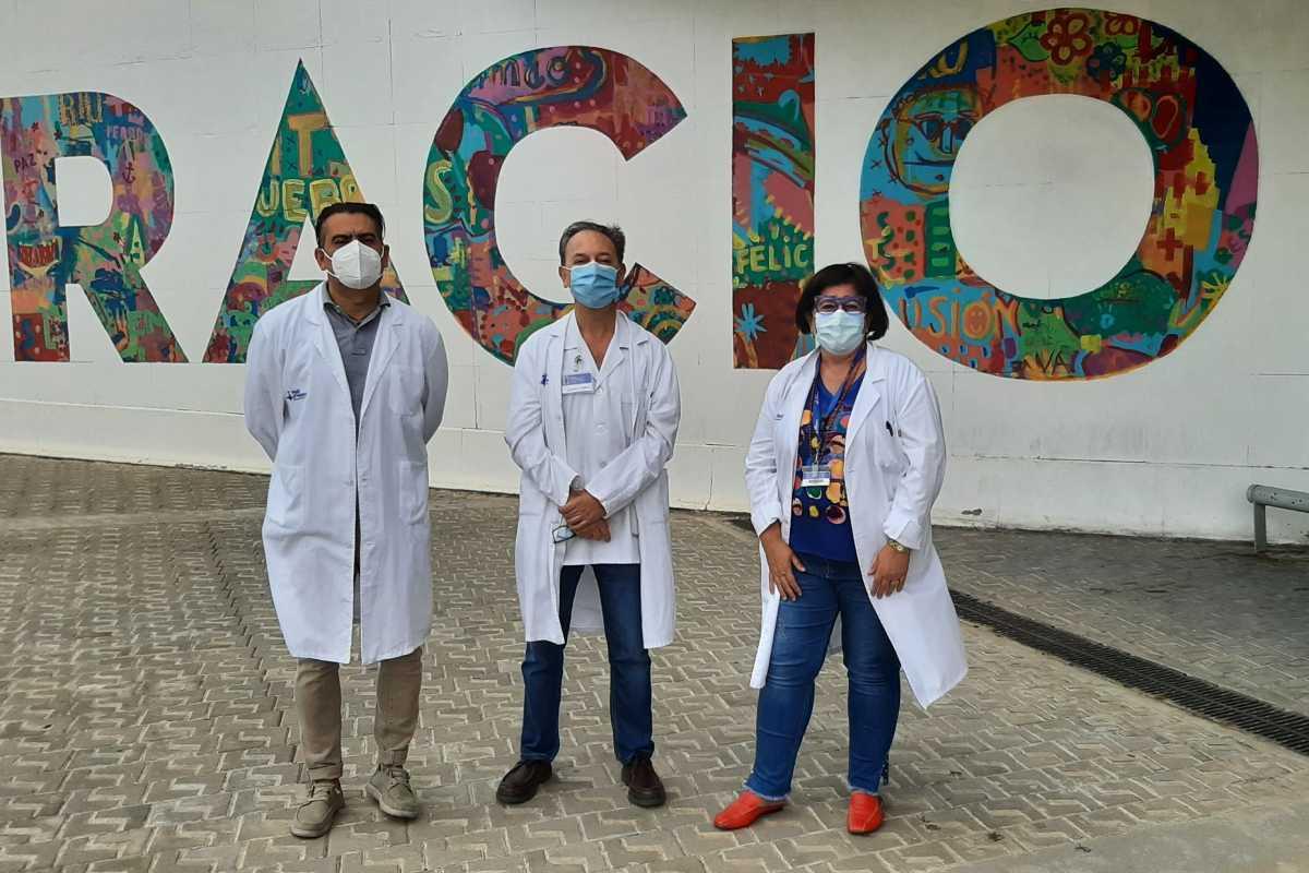 José Luis Sánchez, Antonio Gil y Asunción Pérez Benavente representan a un equipo multidisciplinar que atiende los casos de cáncer de ovario avanzado. Foto: Hospital Vall d'Hebron