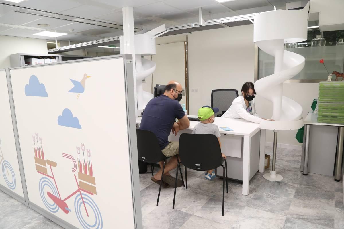 El Servicio de Farmacia del Hospital Infantil Valle de Hebrón dispone desde junio de un robot de dispensación de medicación exclusivamente para pacientes pediátricos.