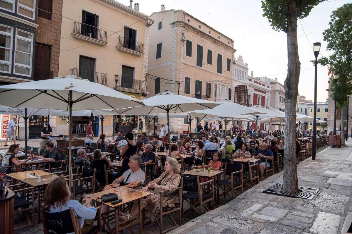 Vista de una terraza ayer miércoles en Mahón, Menorca, donde se ha recuperado desde hoy jueves las restricciones para la restauración. (FOTO: EFE/David Arquimbau).