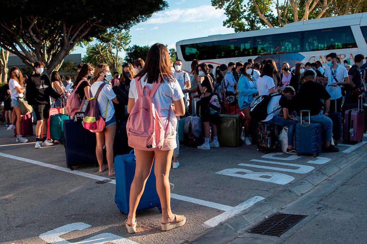 Estudiantes del brote de coronavirus detectado en Mallorca vuelve a sus casas tras conocerse el auto judicial que solo mantiene confinados a los que han dado positivo a la covid-19.