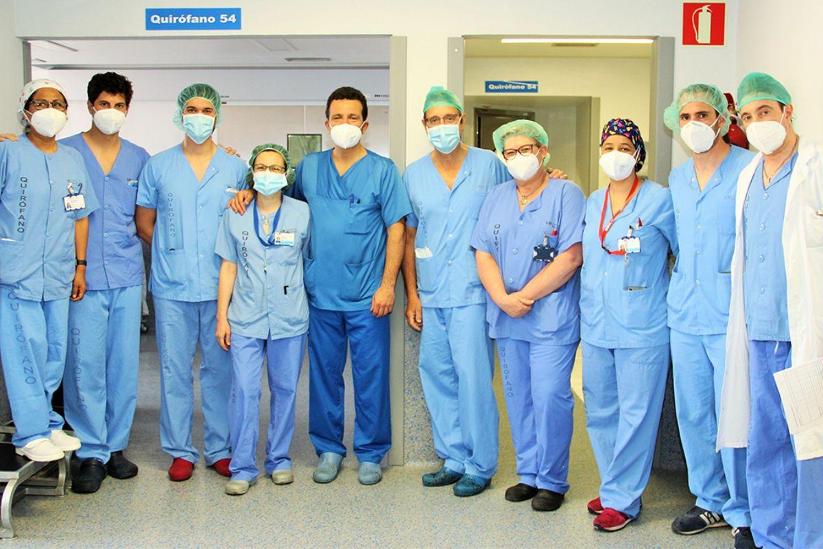 Equipo de la Unidad de Cadera del Servicio de COT, del Hospital Clínico, de Madrid, que ha llevado a cabo esta intervención. FOTO: Hospital Clínico de Madrid.