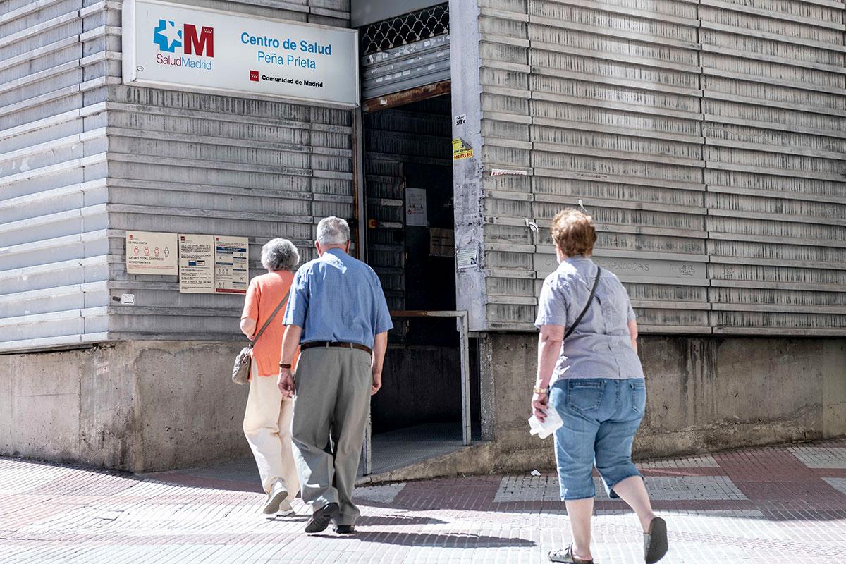 Fachada del Centro de Salud Peña Prieta, en el barrio de Vallecas, una de las zonas con más alta demanda asistencial de la capital (FOTO: José Luis Pindado).