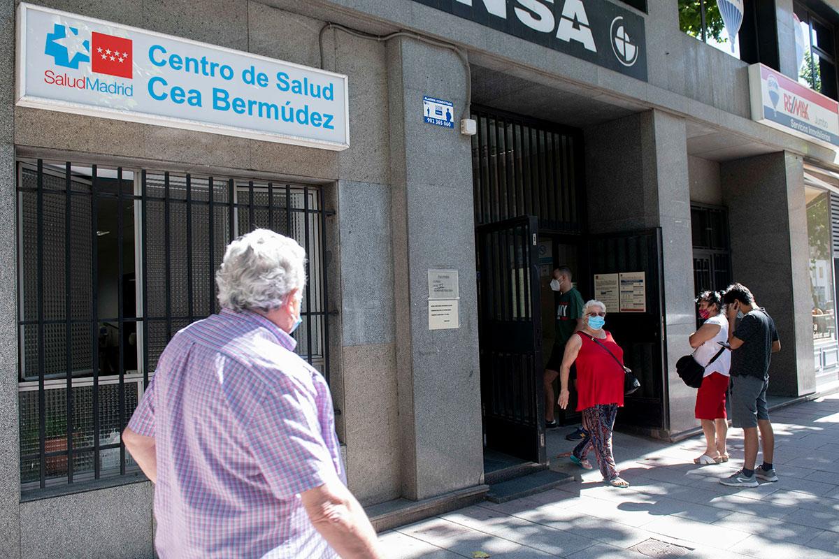 Sindicatos y sociedades alertan de que este verano el porcentaje de sustituciones es nulo en la mayor�a de los centros. En la imagen, fachada del Centro de Salud de Cea Bermúdez (Foto: José Luis Pindado).