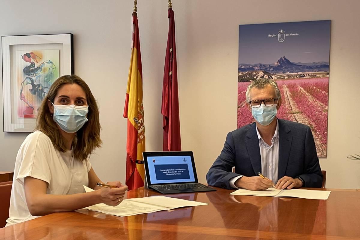 La presidenta del COF de Murcia, Paula Payá, y el consejero de Salud murciano, Juan José Pedreño.