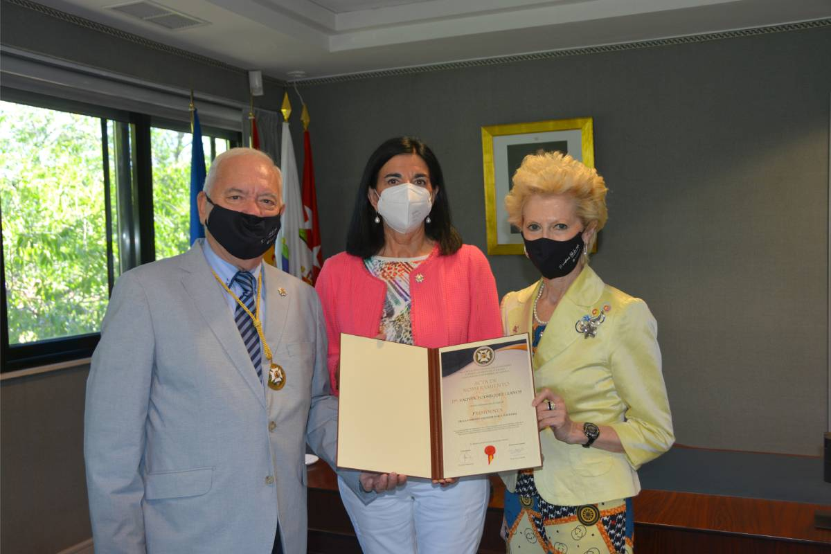 Florentino Pérez Raya, presidente del CGE;Raquel Rodríguez, nueva presidenta del Comisión Deontológica,y Pilar Fernández, vicepresidenta de la organización colegial.