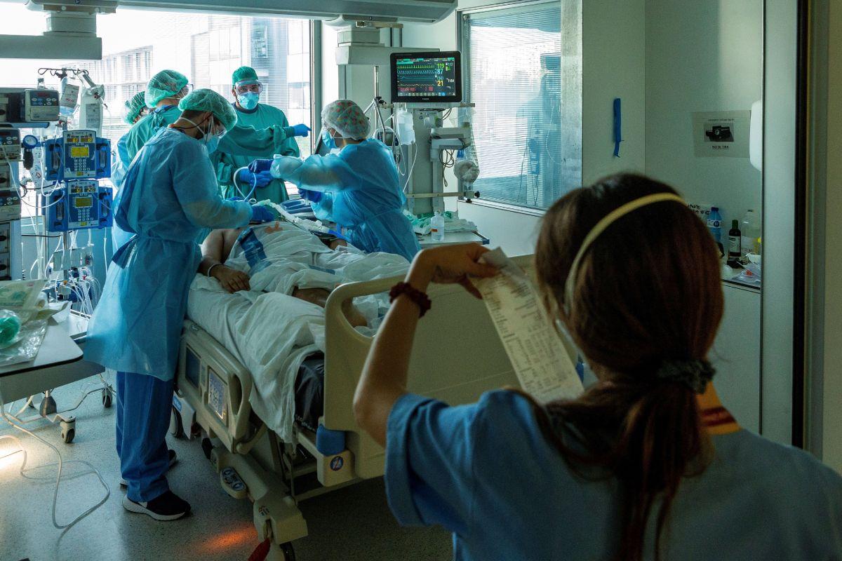 Un paciente con covid-19 es atendido por profesionales del personal sanitario de la UCI.