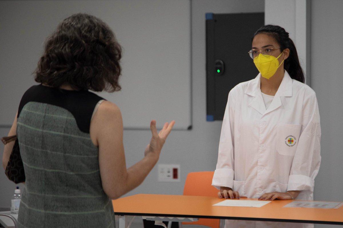 La ECOE tiene como objetivo fundamental evaluar las competencias y habilidades clínicas y de comunicación adquiridas por los estudiantes durante la carrera.