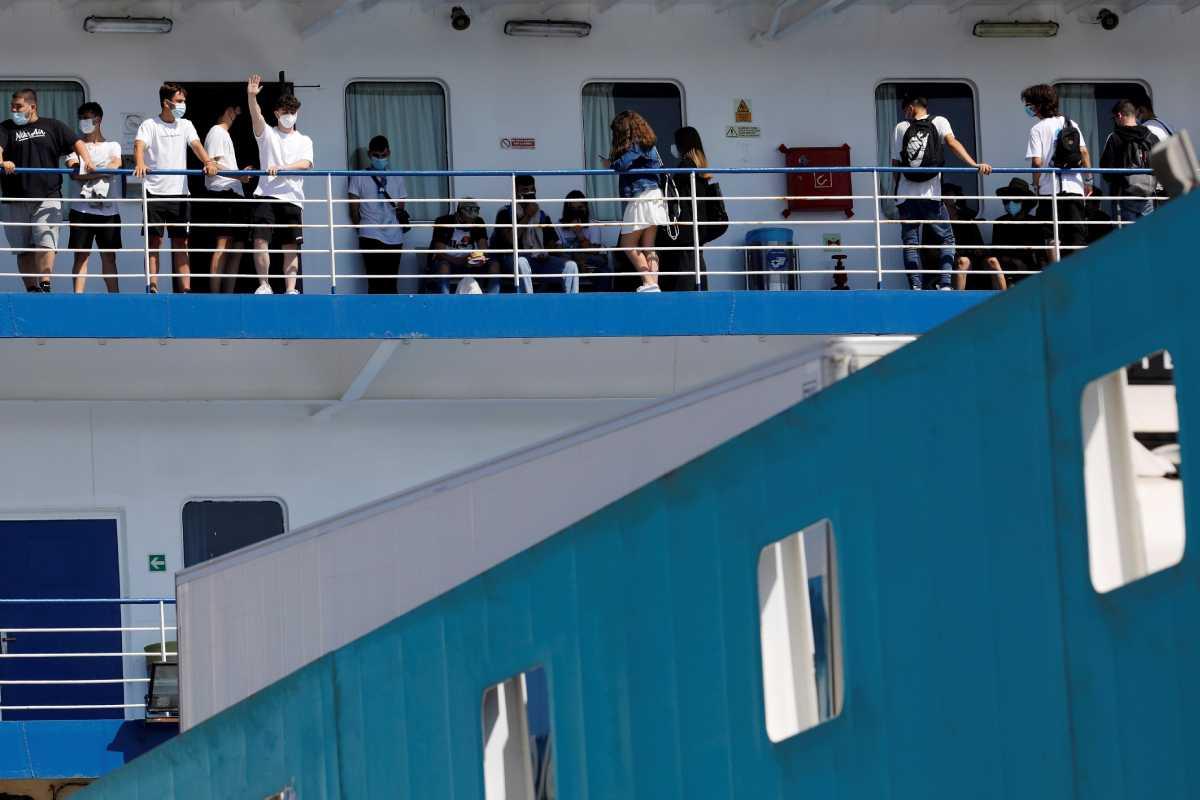 Un ferry trasladó a varios de los jóvenes confinados forzosamente en Mallorca a la península.