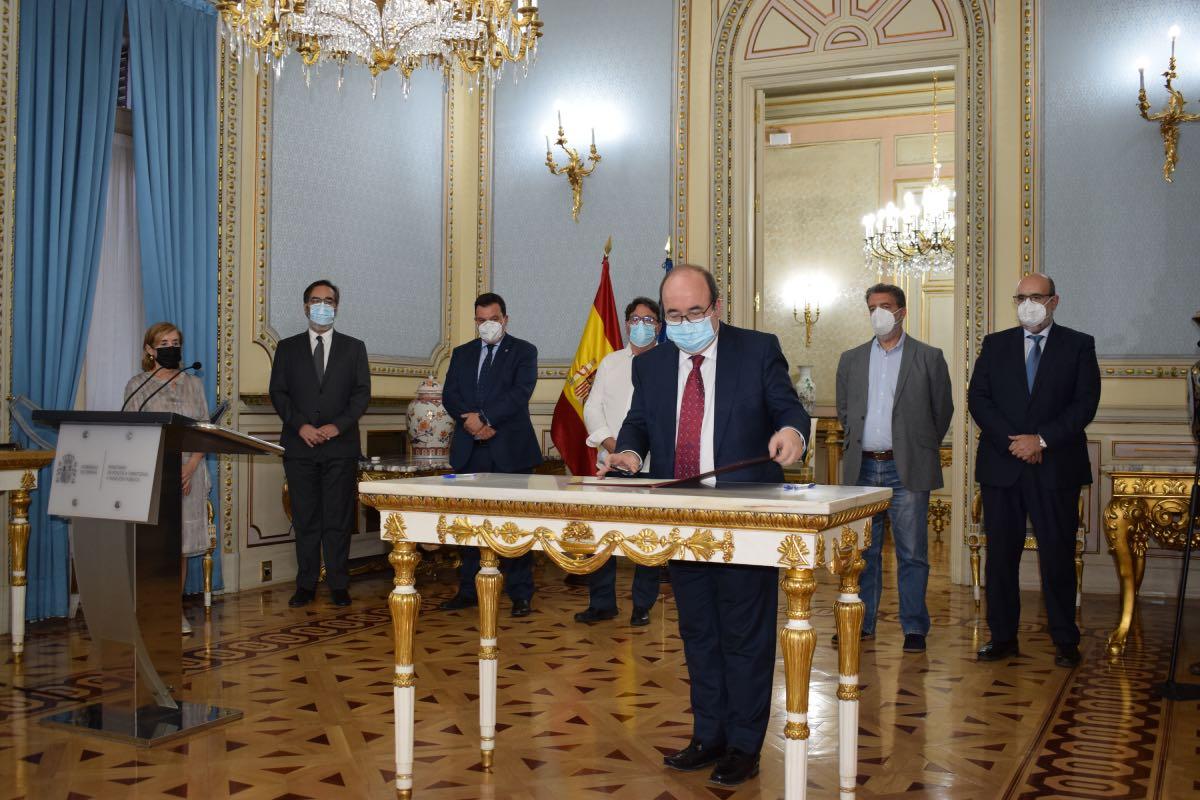 El ministro de Pol�tica Territorial, Miquel Iceta, firma el acuerdo en presencia de parte de su equipo y de los representantes sindicales (FOTO: Ministerio de Pol�tica Territorial).