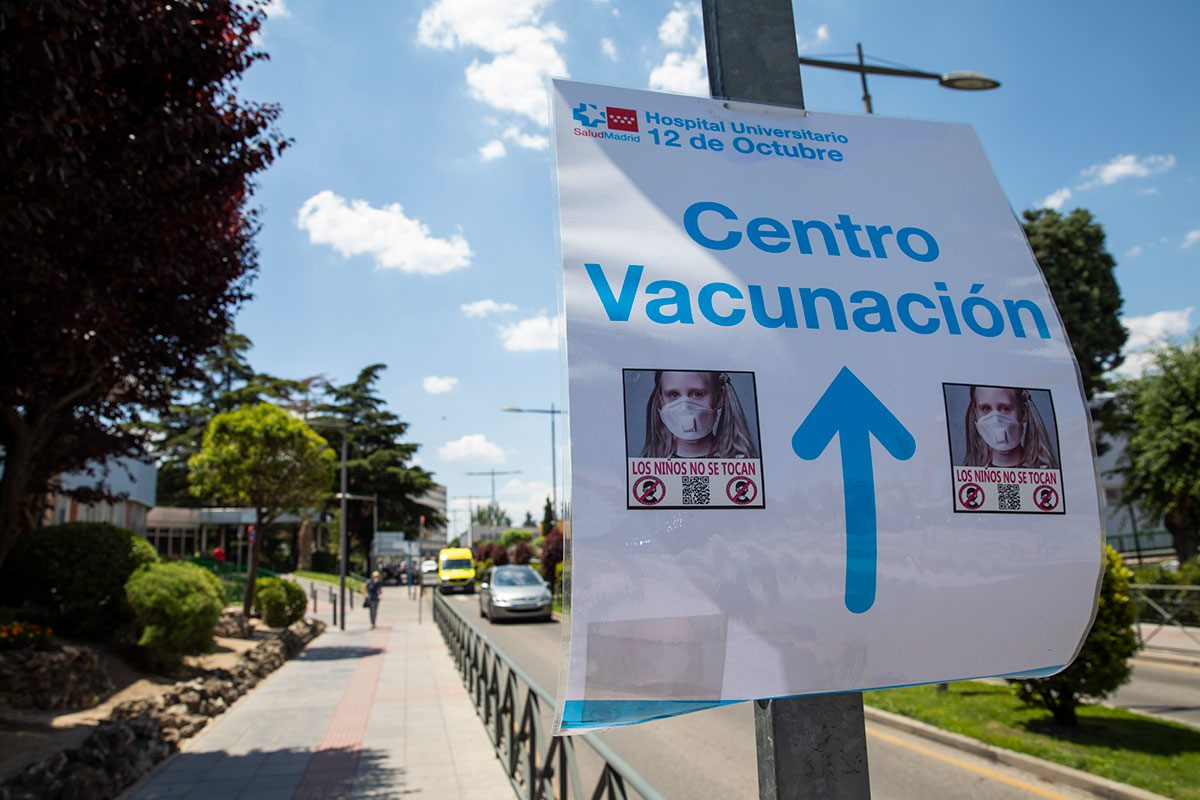 Pegatinas en contra de la vacunación de los niños en los alrededores del Hospital 12 de octubre de Madrid.