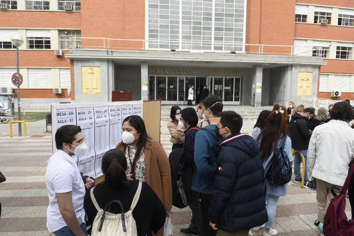 Varios candidatos consultan las listas en una de las sedes de los exámenes de FSE de la convocatoria 2020/2021 (Foto: Luis Camacho).