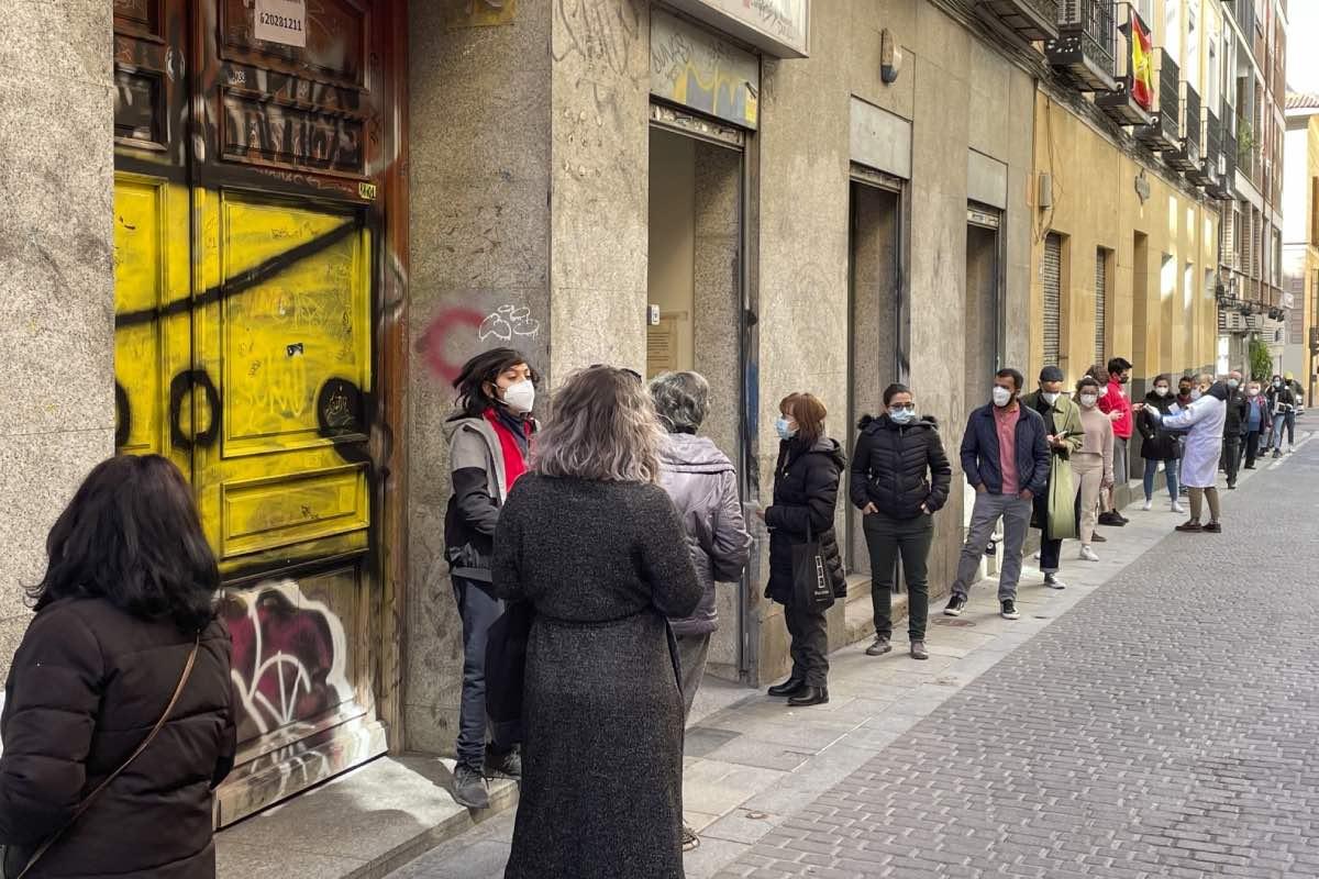 Cola de pacientes a la puerta del Centro de Salud Dos de Mayo, en el centro de Madrid (FOTO: Javier Barbancho).
