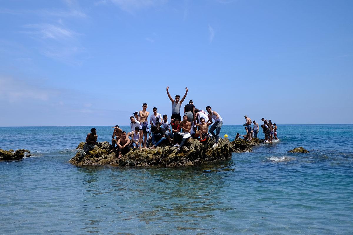 Menores a su llegada a Ceuta en la avalancha de ciudadanos marroquís que acudieron a la ciudad autónoma de Ceuta el pasado 19 de mayo.