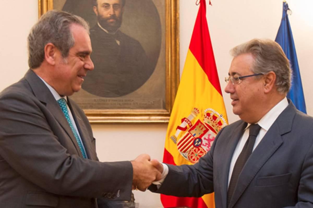 Jesús Aguilar, presidente del Consejo General de COF, y Juan Ignacio Zoido, ministro del Interior en 2017, en la firma del protocolo.