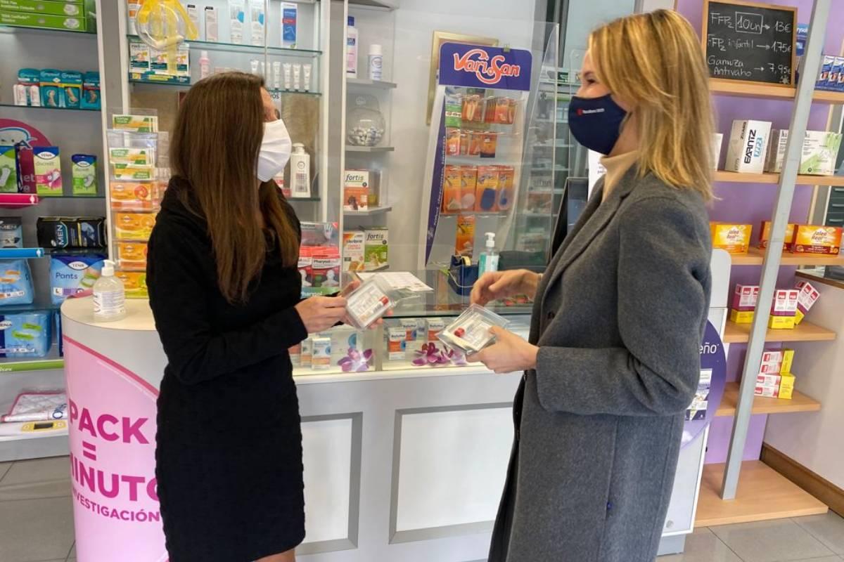 Alba Soutelo, presidenta del COF de Pontevedra, con  delegada territorial de la Xunta de Galicia en Vigo, Marta Fernández-Tapias, en una farmacia de Vigo el pasado mes de febrero, al comienzo del 'piloto'.