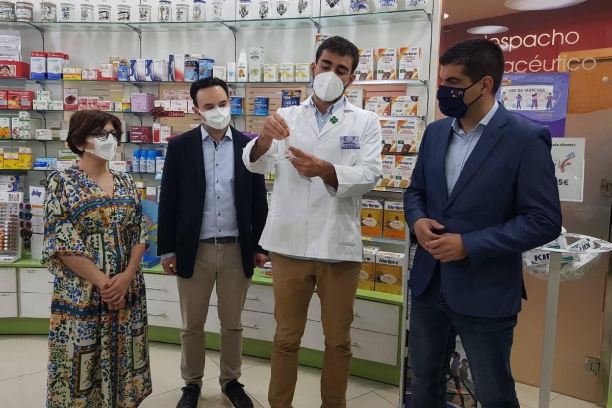 El presidente del COF de Orense, Santiago Leyes, junto al delegado territorial de la Junta de Galicia en Ourense, Gabriel Alén, en una farmacia de la provincia.