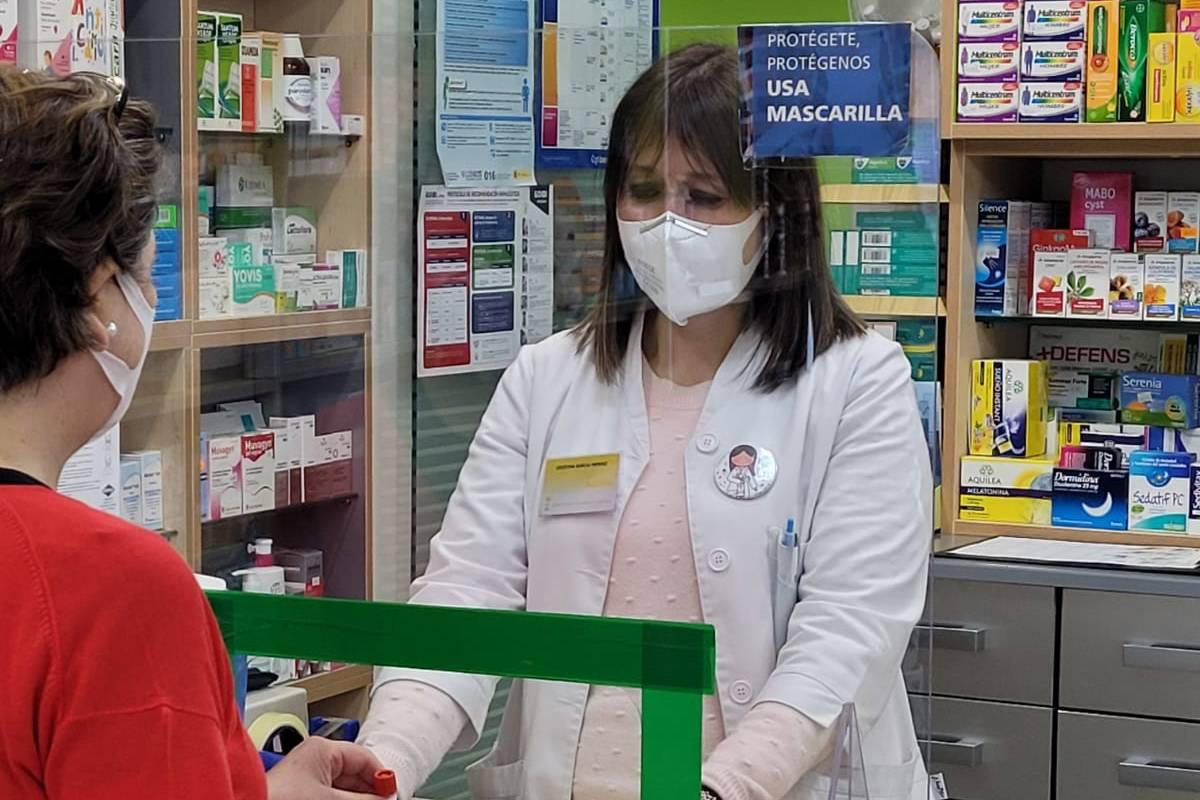Una farmacéutica de Pontevedra, participando en un programa de cribado covid con saliva.