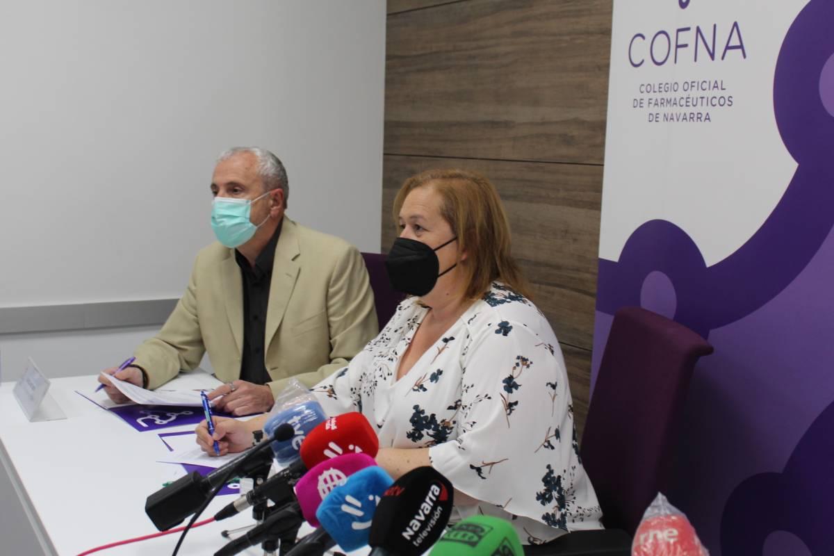 El director general de Salud, Carlos Artundo, y la presidenta del COF de Navarra, Marta Galipienzo.