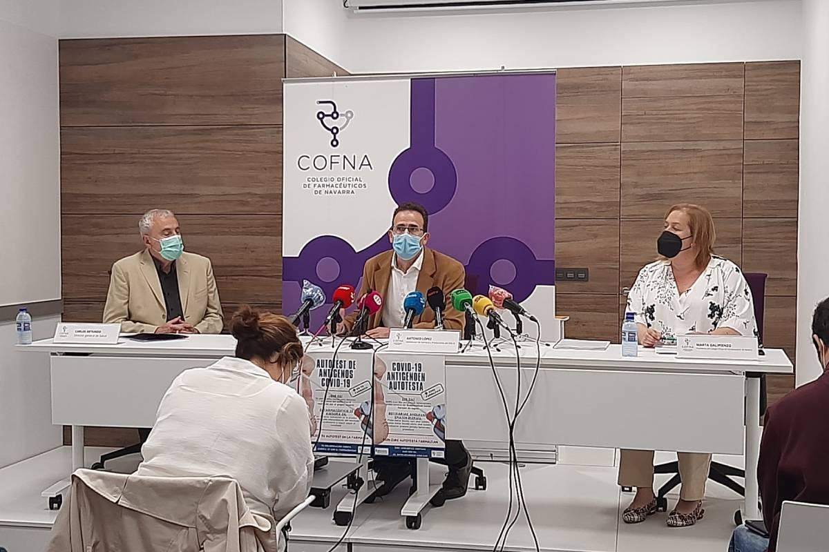 El director general de Salud, Carlos Artundo; el subdirector de Farmacia y Prestaciones del Servicio Navarro de Salud, Antonio López, y la presidenta del COF de Navarra, Marta Galipienzo.