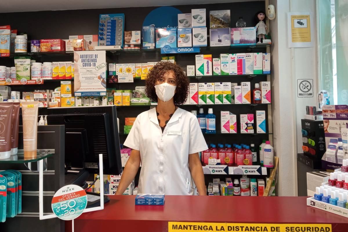Raquel Igoa, farmacéutica de Navarra, con un test de autodiagnóstico covid sobre el mostrador.