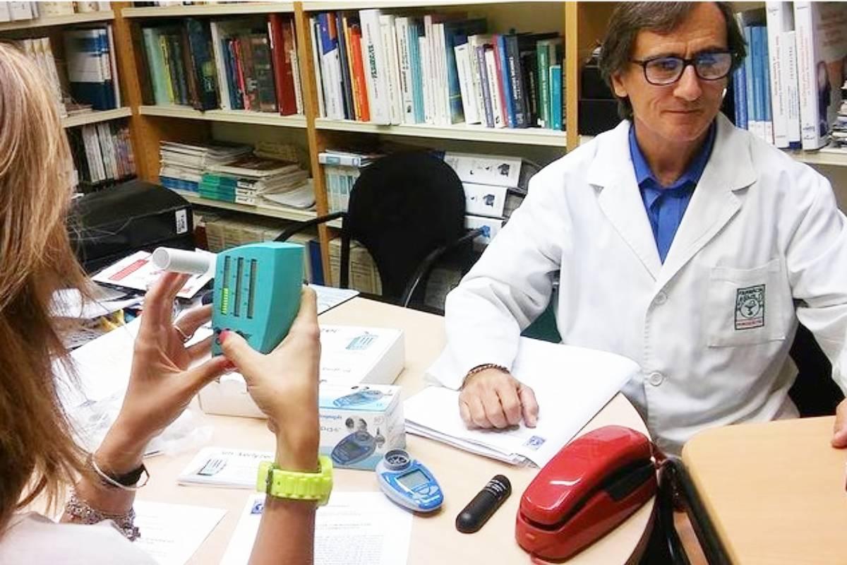 El farmacéutico Miquel Aguiló, experto en cesación tabáquica, realizando una cooximetría a una paciente en su farmacia de Palma de Mallorca.