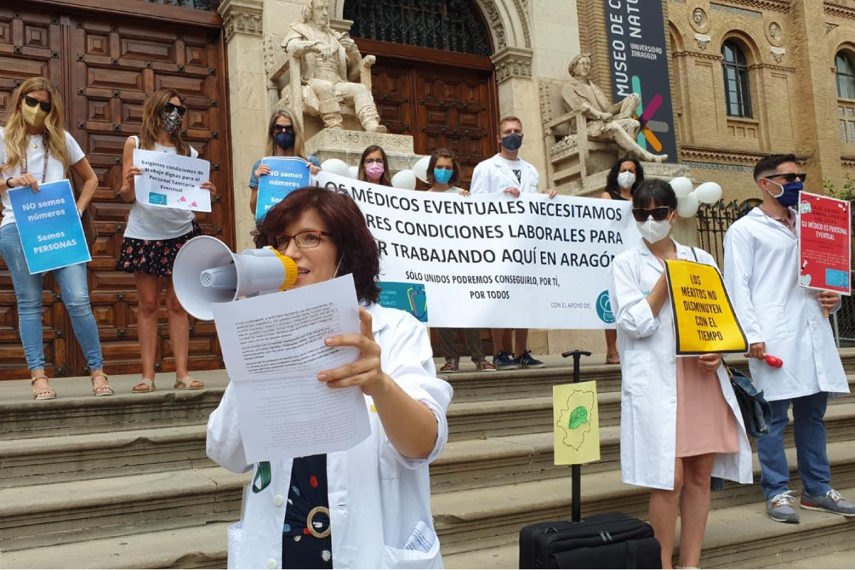 Aspecto de la concentración convocada el pasado 20 de junio ante la Universidad de Zaragoza por la Plataforma de Médicos Eventuales de Aragón (FOTO: Agencia Maaszoom).