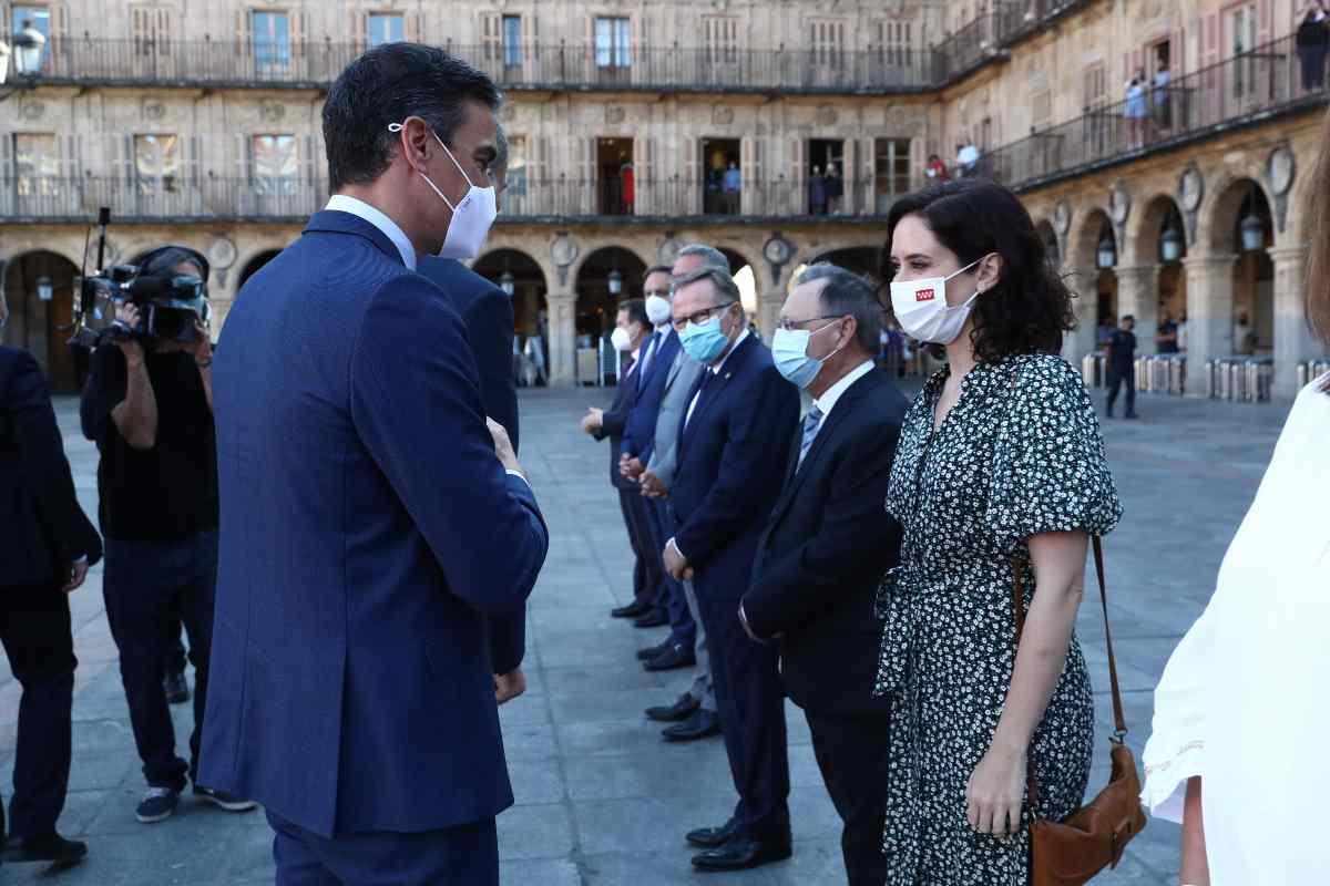 El presidente del Gobierno, Pedro Sánchez, saluda a la presidenta madrileña, Isabel D�az Ayuso a su llegada a la Conferencia de Presidentes