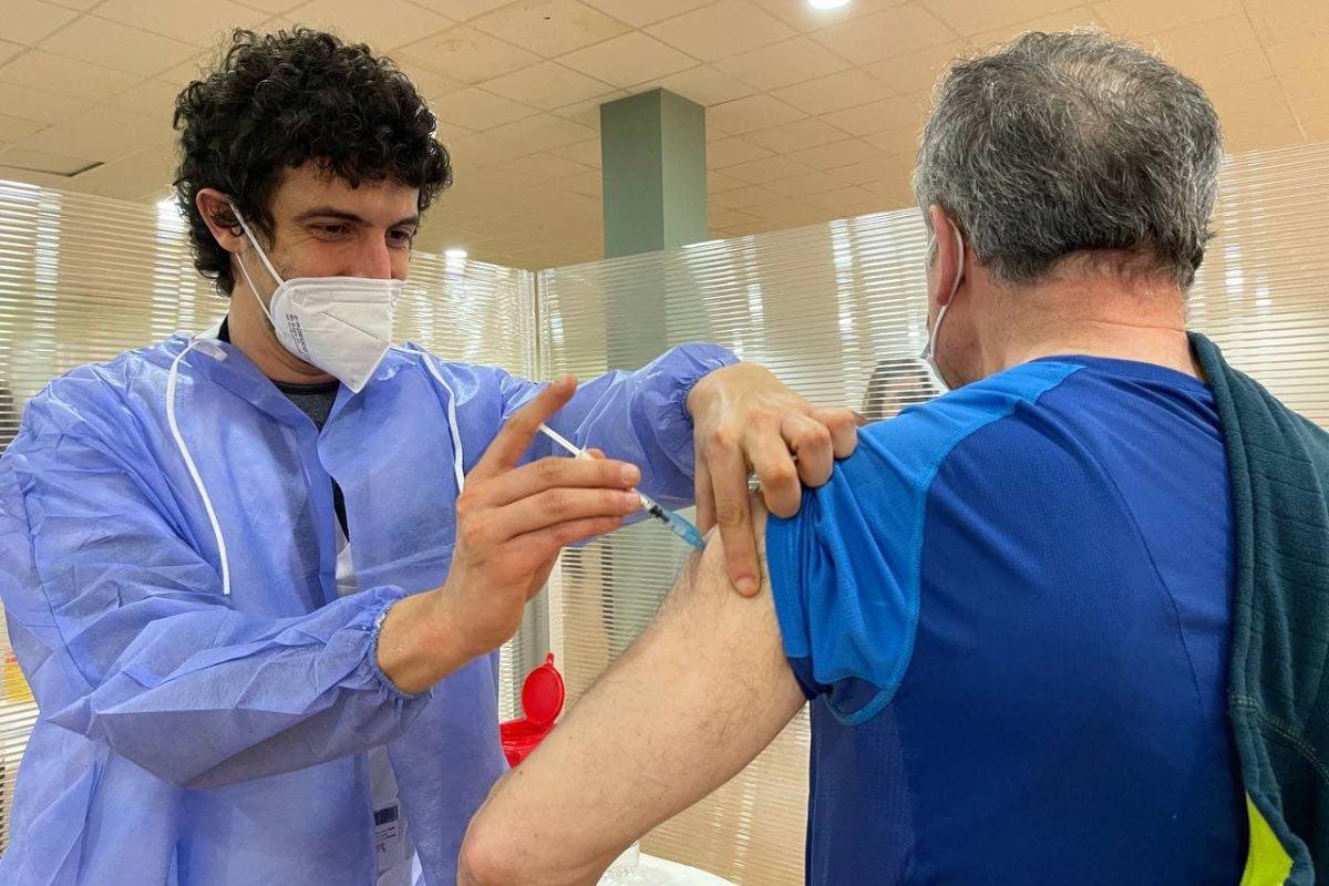 Un sanitario vacuna a un ciudadano en un centro de salud de Asturias dentro de la campaña de vacunación contra la covid (FOTO: Gobierno de Asturias).