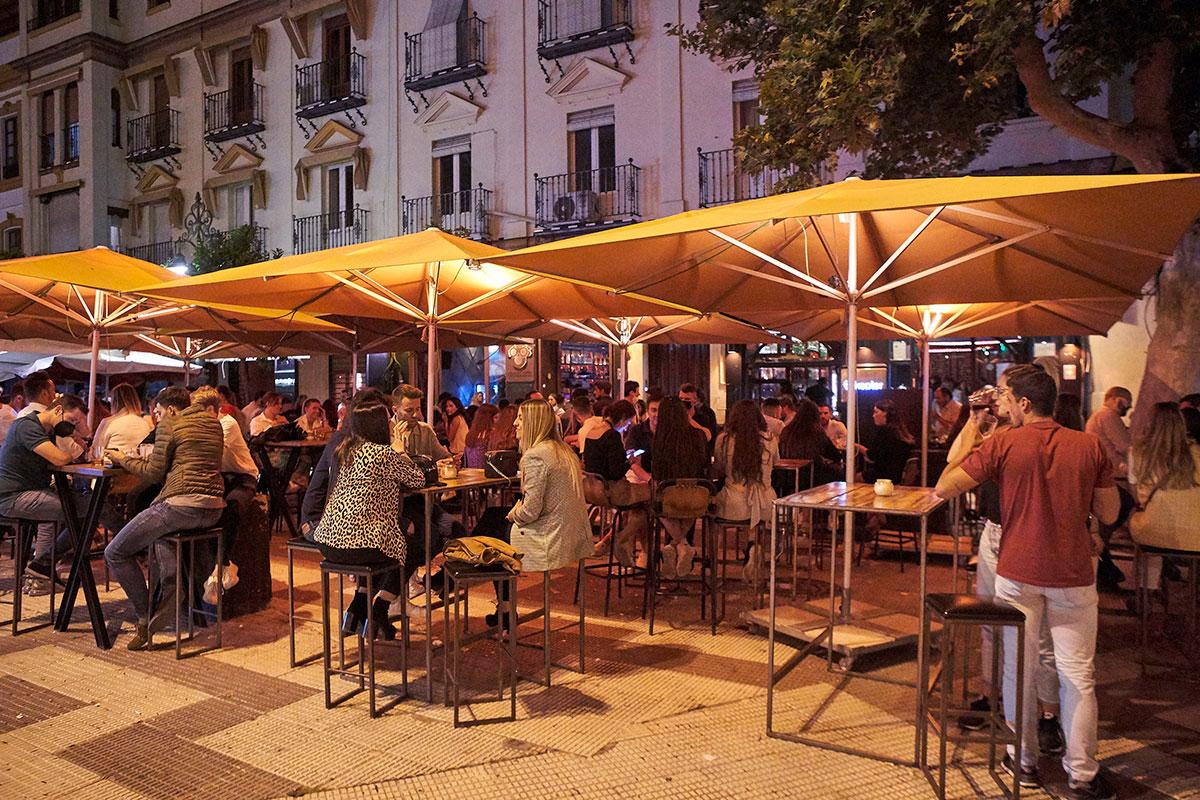 Una terraza en Sevilla durante este mes de julio.