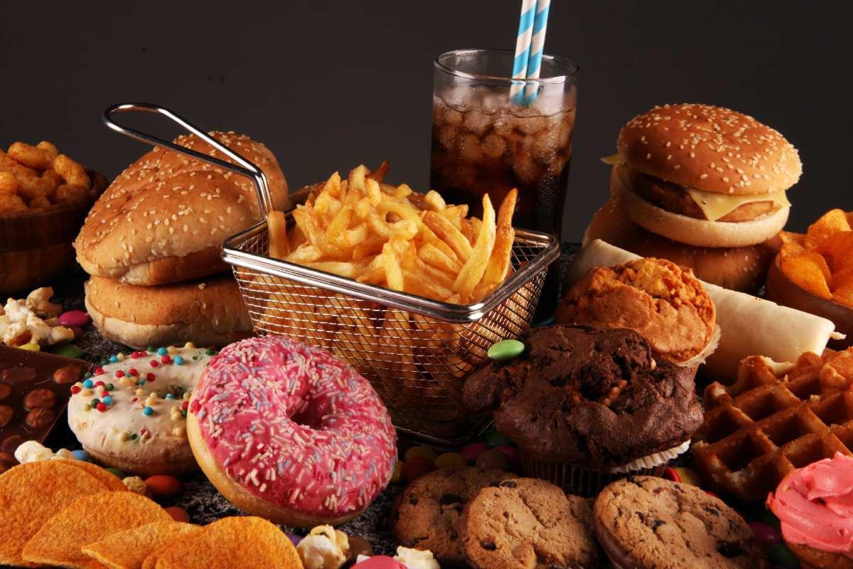 El consumo de ultraprocesados se calculó mediante cuestionarios semicuantitativos de frecuencia de consumo de alimentos, que se agruparon según la clasificación NOVA.