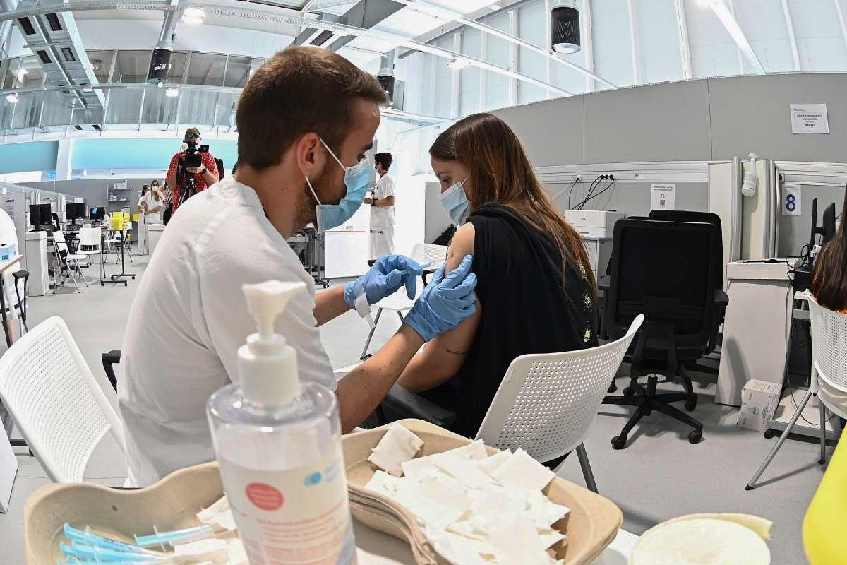 Una chica recibe una dosis de la vacuna contra el coronavirus, en el hospital Enfermera Isabel Zendal de Madrid. (FOTO: EFE/ Fernando Villar)