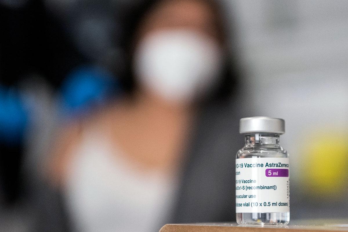 """La estrategia nacional de vacunación recomienda, para el grupo entre 60 y 69 años, """"la utilización de 'Vaxzevria' en pauta de dos dosis, con una separación de 10-12 semanas entre ambas"""". (Luis Camacho)"""