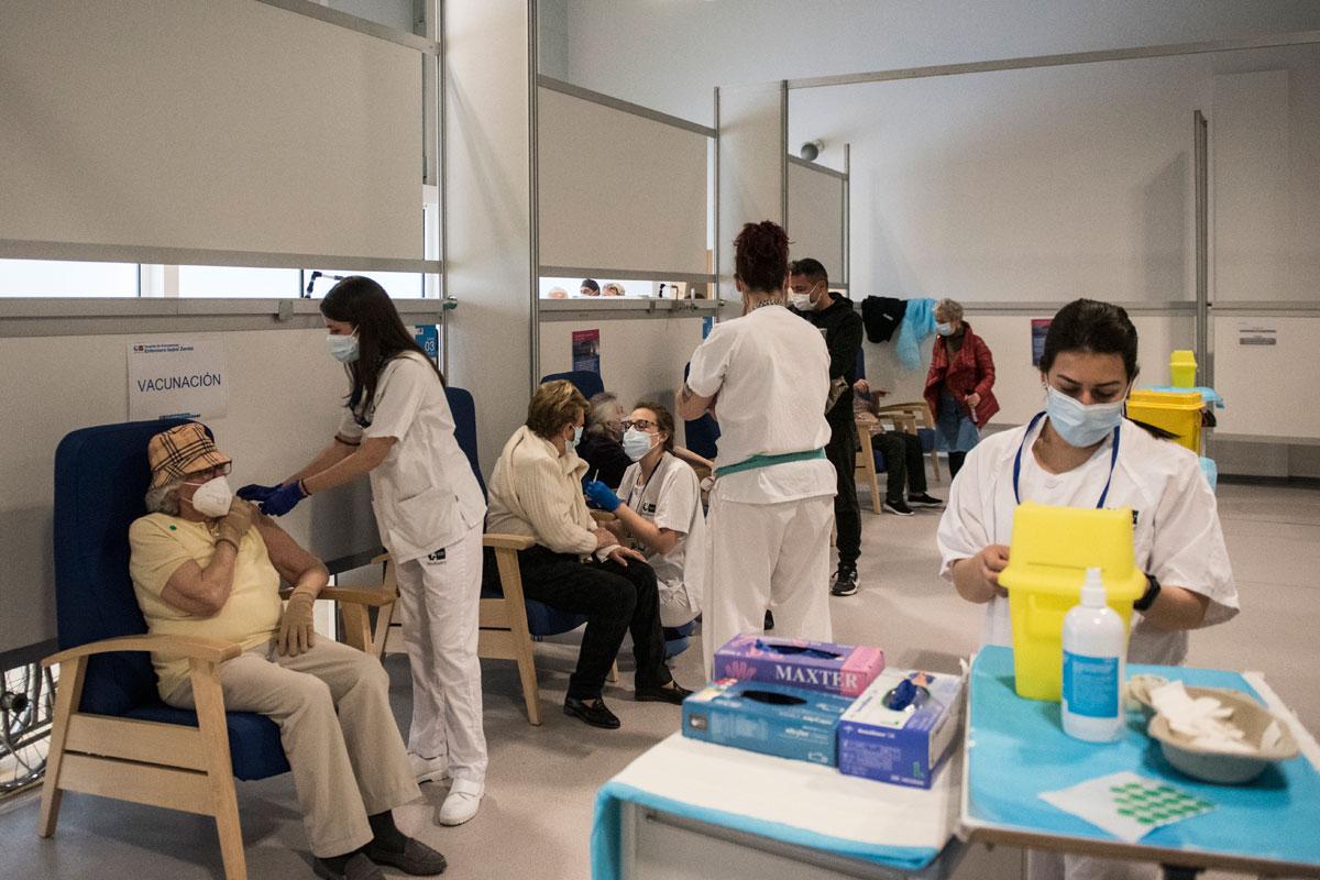 Vacunación a pacientes en el Hospital Enfermera Isabel Zendal, en Madrid. (Luis Camacho)