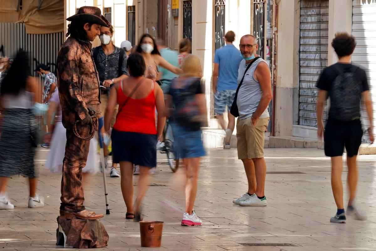 Turistas paseando por el caso antiguo de Valencia (Foto: EFE/Manuel Bruque)