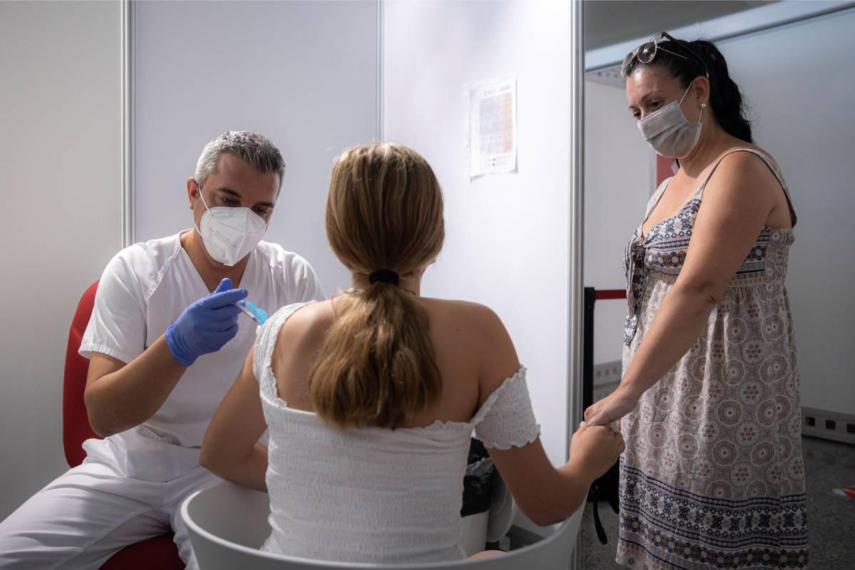 Una joven recibe la vacuna contra el coronavirus en el centro de vacunación masiva de la Ciudad de las Artes y las Ciencias de València. (Foto:EFE/Biel Aliño)