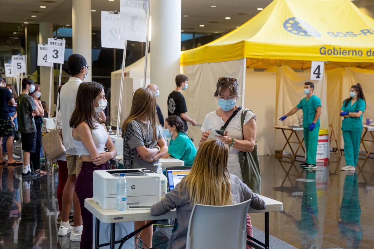 Instantánea de un centro de vacunación en Logroño, La Rioja (Foto: EFE/Raquel Manzanares)