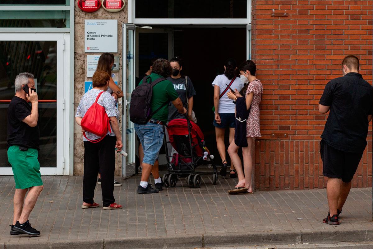 Pacientes haciendo cola en el centro de salud de Horta, en Barcelona