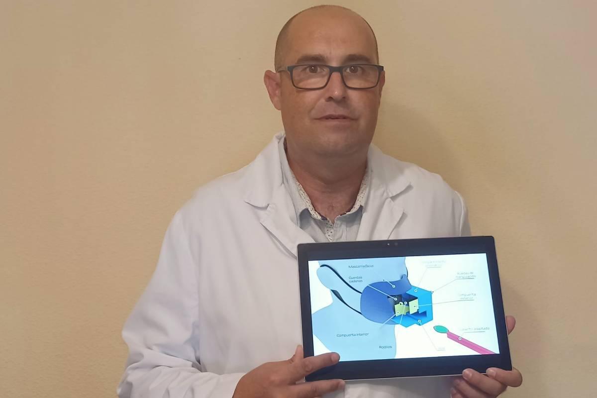 Bernardo Fernández Martos, enfermero en la Unidad de Reproducción Asistida en el Hospital HLA Vistahermosa, de Alicante, ha diseñado una mascarilla facial con acceso para comer mediante unos utensilios adaptados.