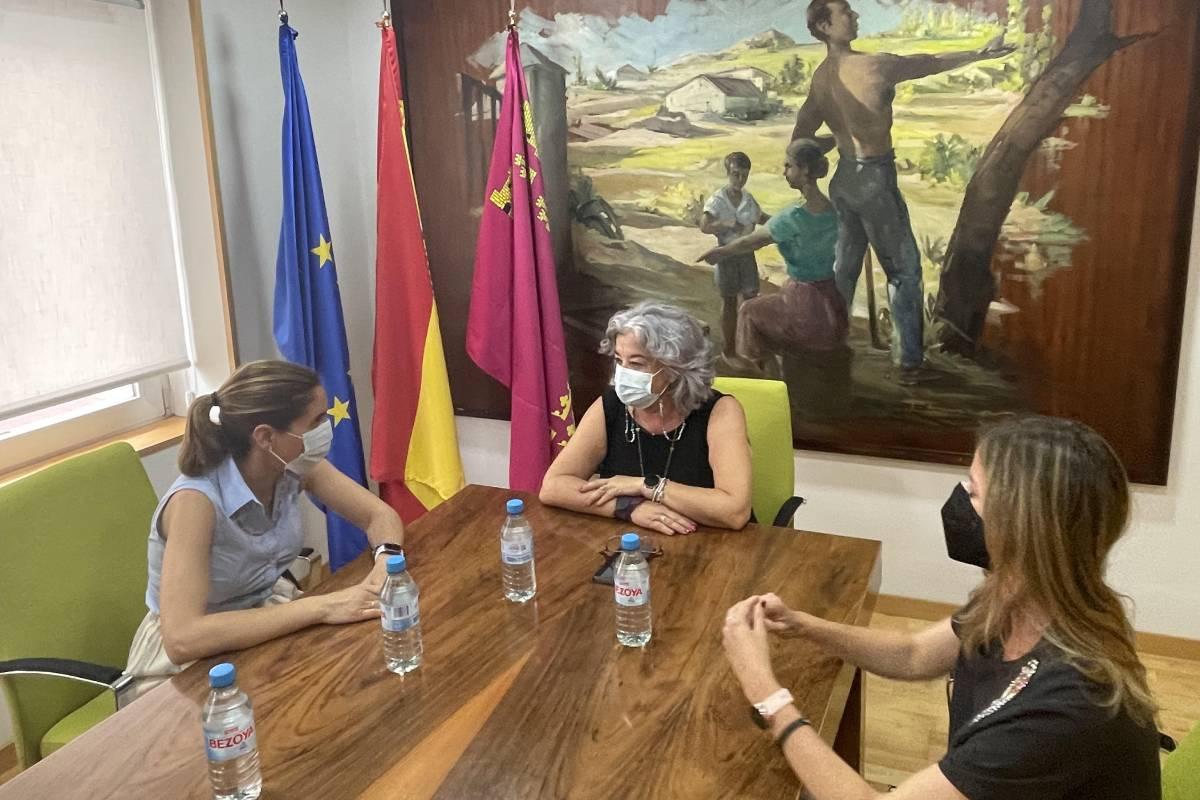 En la cabecera de la mesa, Teresa López Hernández, a su derecha Paula Payá y a su izquierda la vicesecretaria del COF de Murcia, Mª Dolores Pérez Plaza.