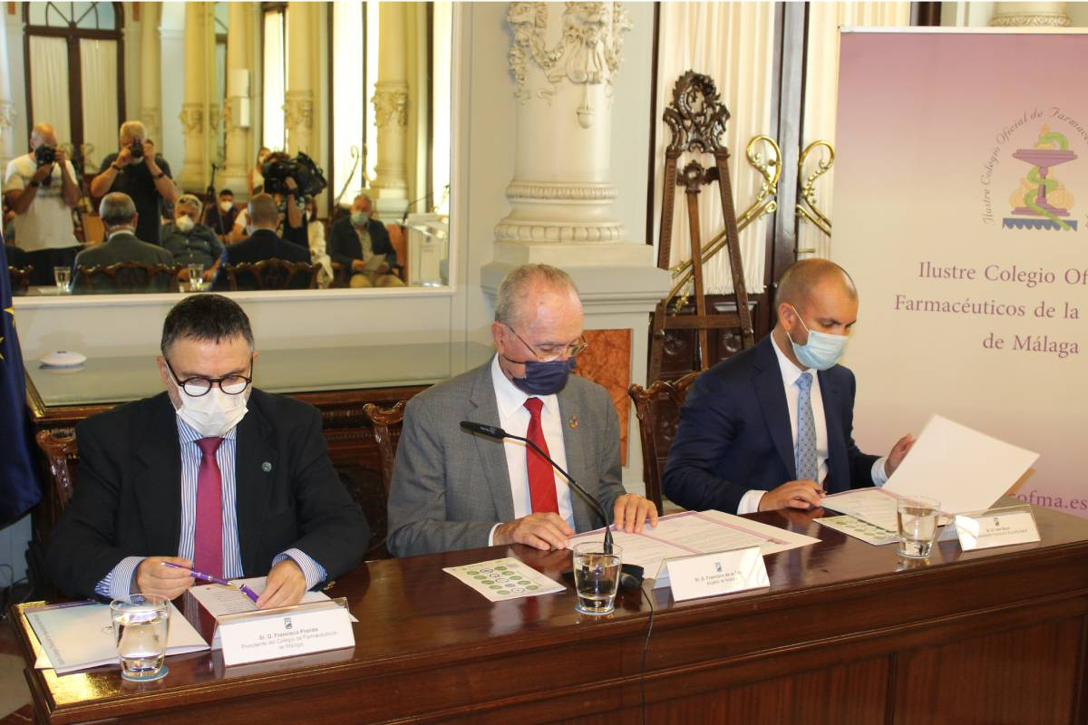 Francisco Florido, presidente del COF de Málaga; Francisco de la Torre, alcalde de la ciudad, e Iván Bayo, de la Fundación España Salud.