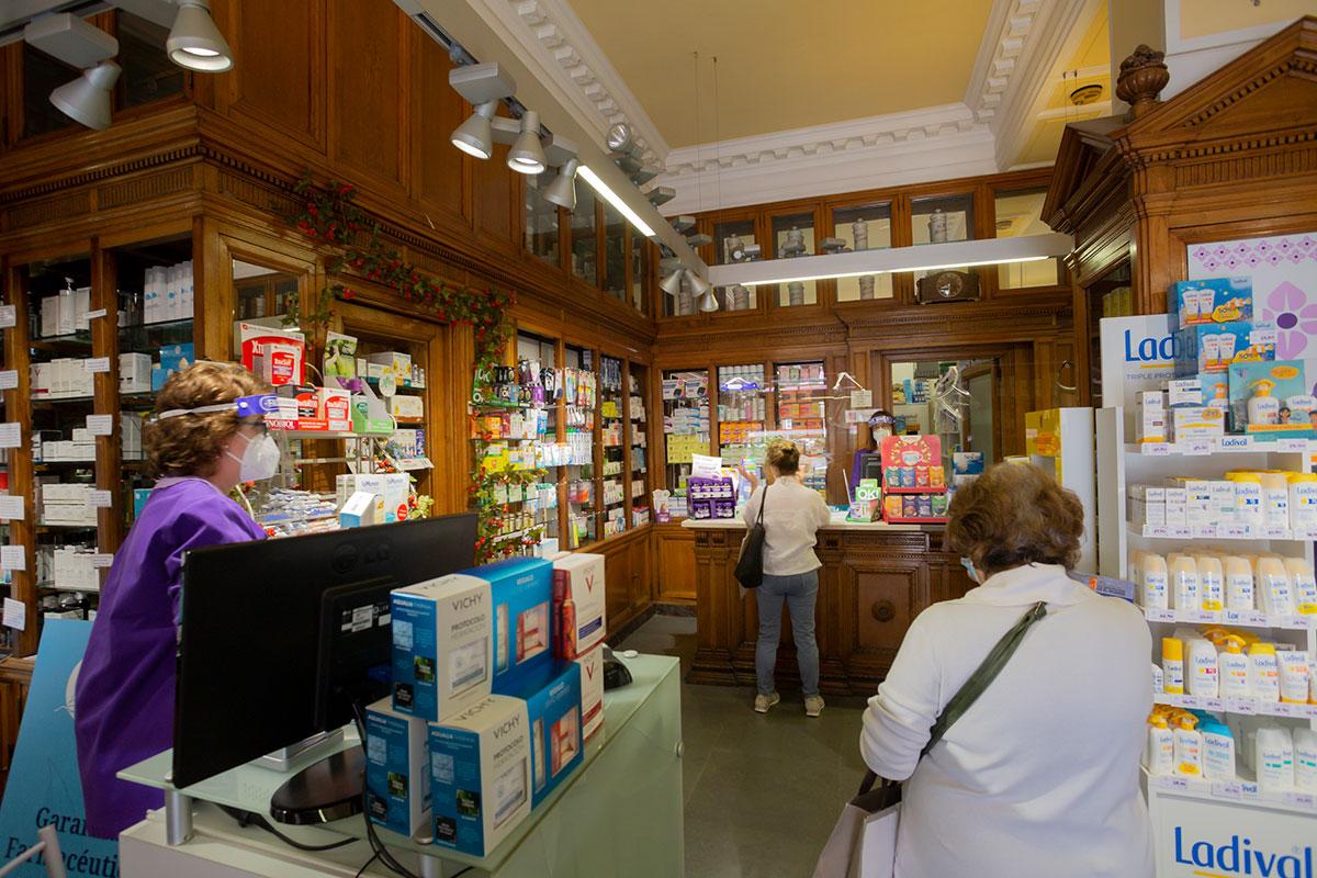 La pandemia se deja notar en los medicamentos a la venta en farmacias. En la imagen, la Farmacia Teresa García-Vela Grau (FOTO: Jaume Cosialls).