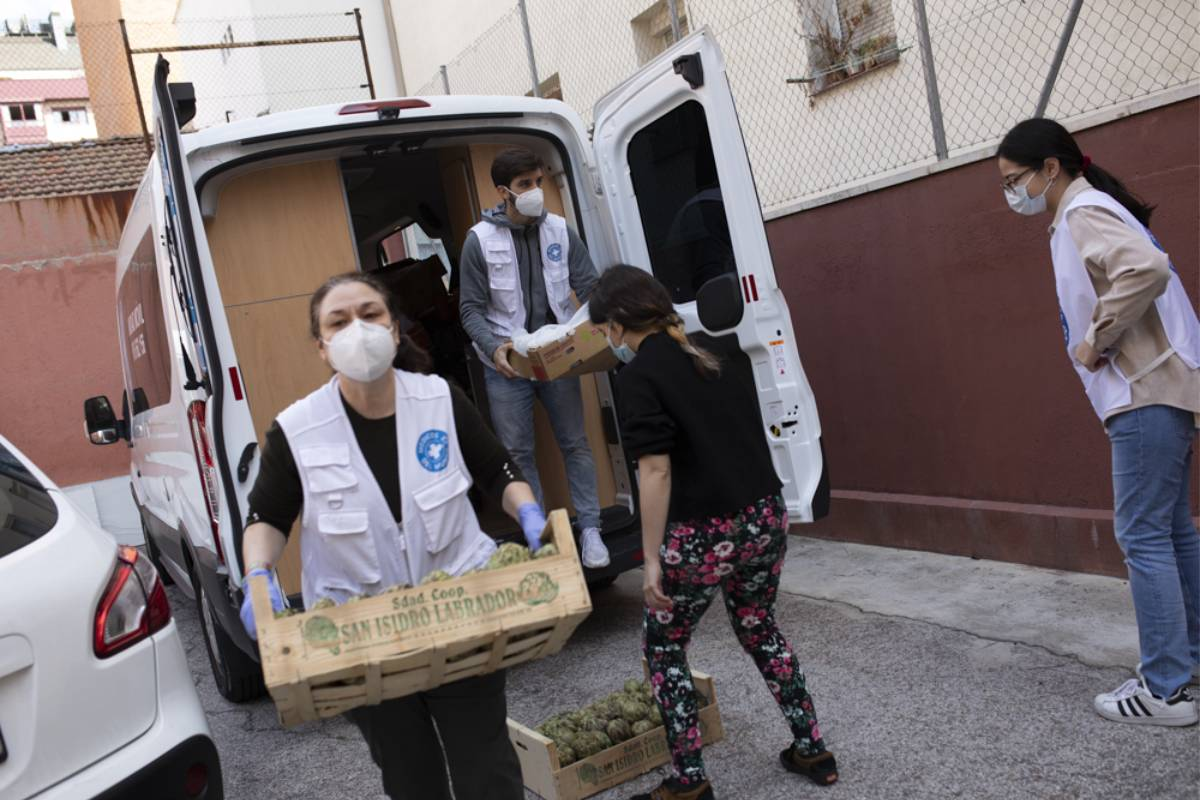 Voluntarios de Médico del Mundo ayudando en el reparto de alimentos en Madrid (Foto: Médicos del Mundo/Isabel Permuy)