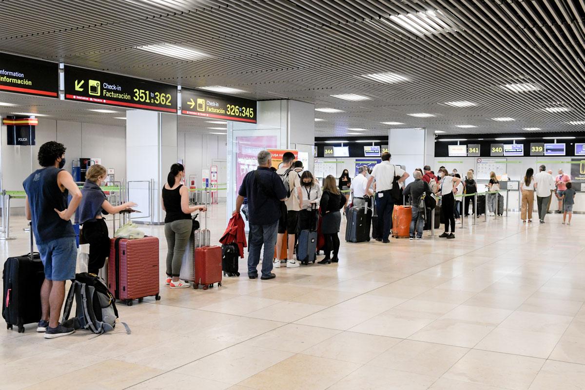 Turistas haciendo cola en el aeropuerto
